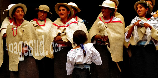 Groupe de femmes en habits traditionnels, Equateur