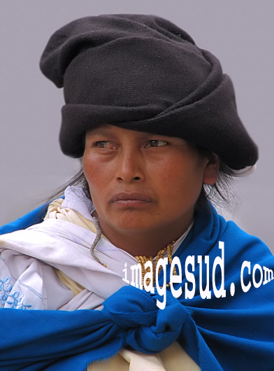 Portrait de femme indigène en habits traditionnels en Equateur