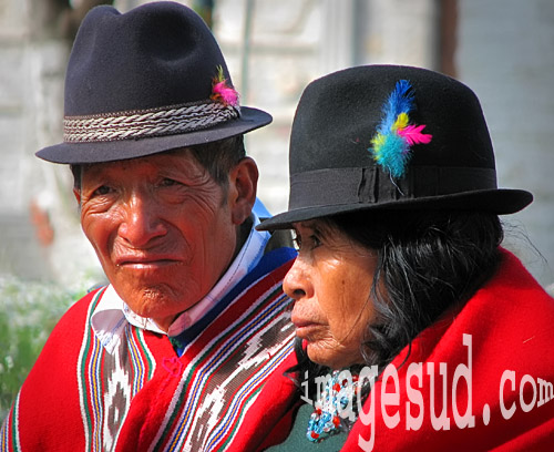 Poncho et chapeau, couple en costume traditionnel en Equateur