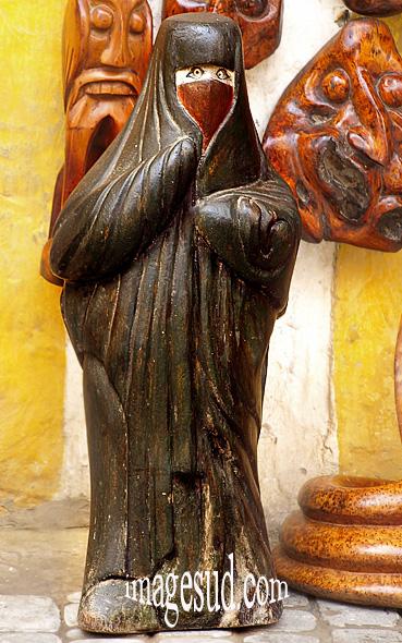 Statuette de femme en burqa dans un magasin de curios au Maroc