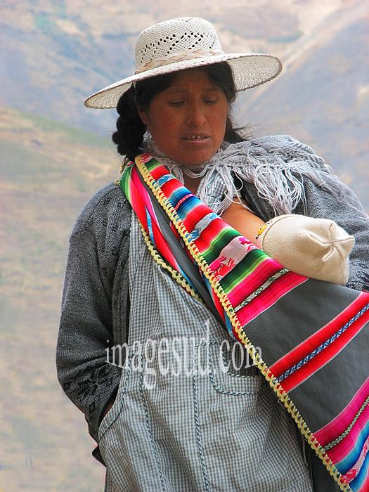 Jeune femme allaitant son bébé, Bolivie
