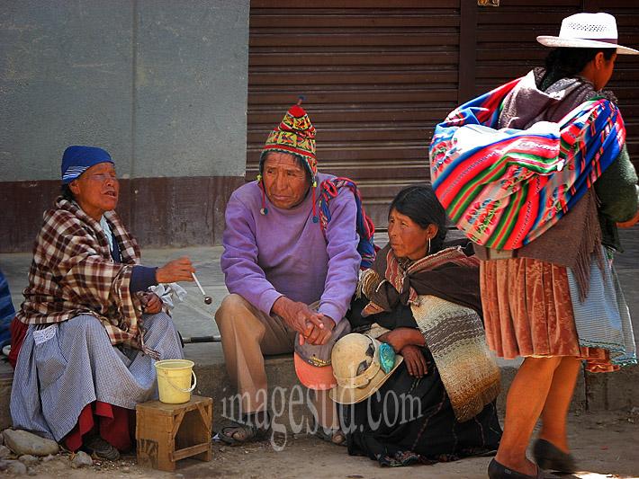 """Aveugle """"vendant"""" des prières dans la rue, condition de la femme, Amérique du Sud"""