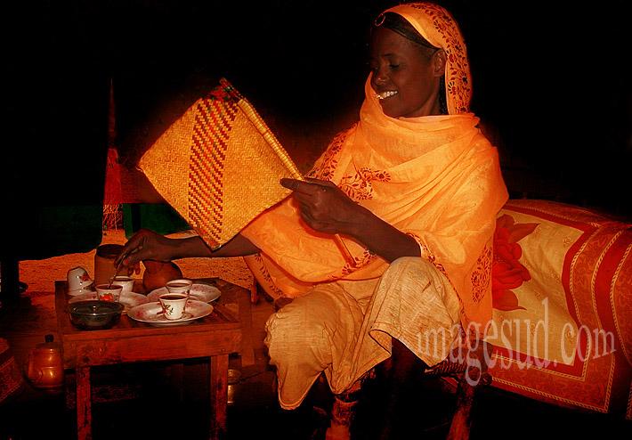 Femme préparant le café, Soudan