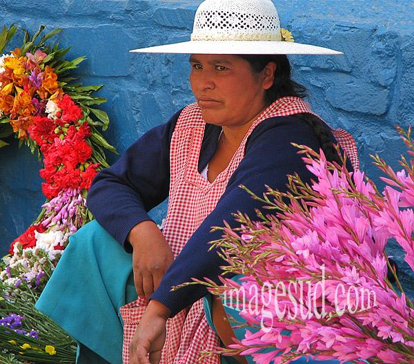 Marchande de fleurs, scène de rue en Bolivie