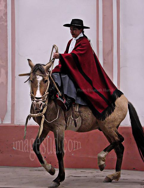 Femme gaucho sur son cheval, Argentine