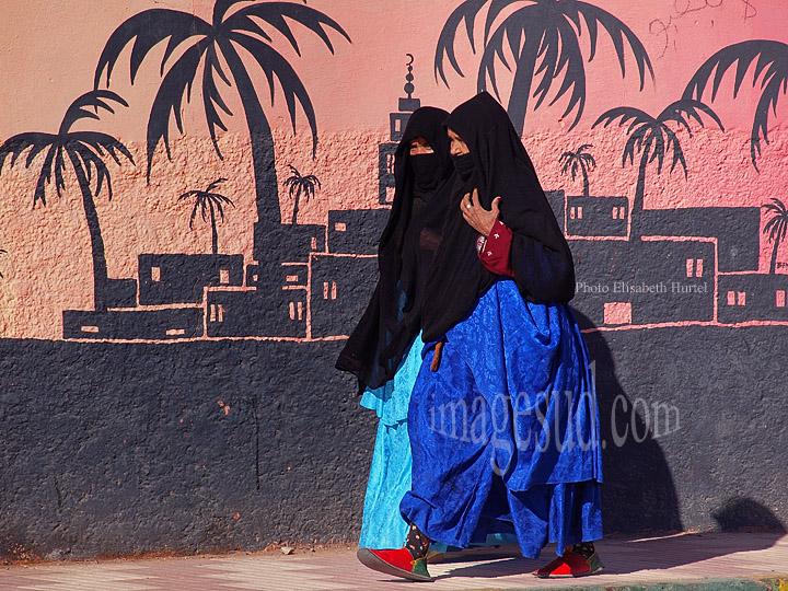 Femmes Sahraoui en habits traditionnels, au bord du Sahara, Maroc
