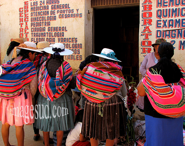 Femmes faisant la queue devant un dispensaire, Bolivie