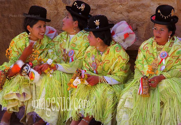 Jeunes femmes Aymara en habits traditionnels de fête, élégance féminine en Bolivie