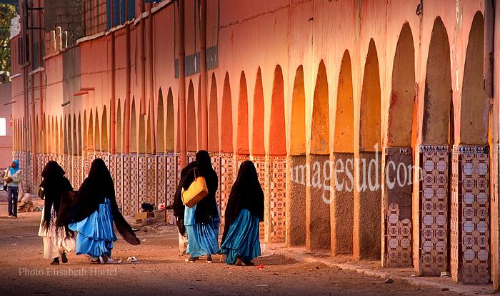 Jeunes femmes Sahraoui dans une rue du village de Tata au Sud Maroc