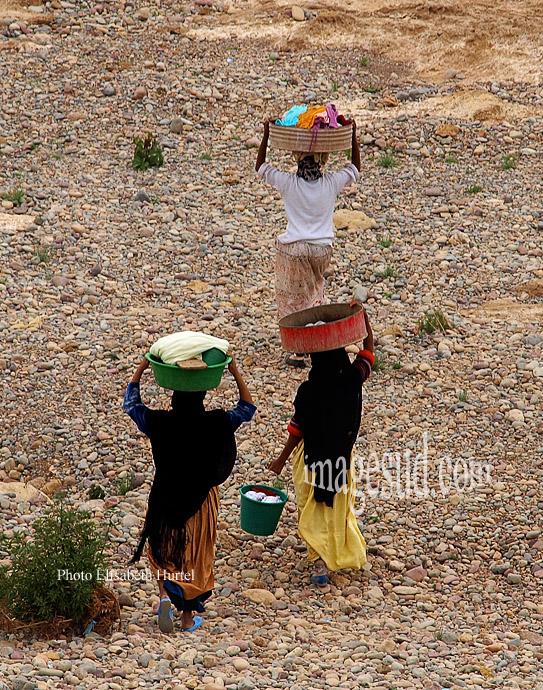 Groupe de femmes partant faire la lessive dans la rivière, Sud Maroc