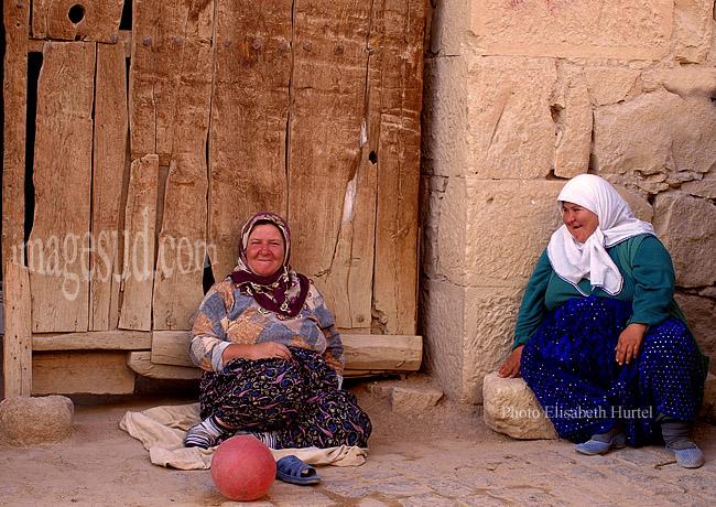 Femmes paysannes de Turquie sur le pas de la porte, petit village d'Anatolie intérieure