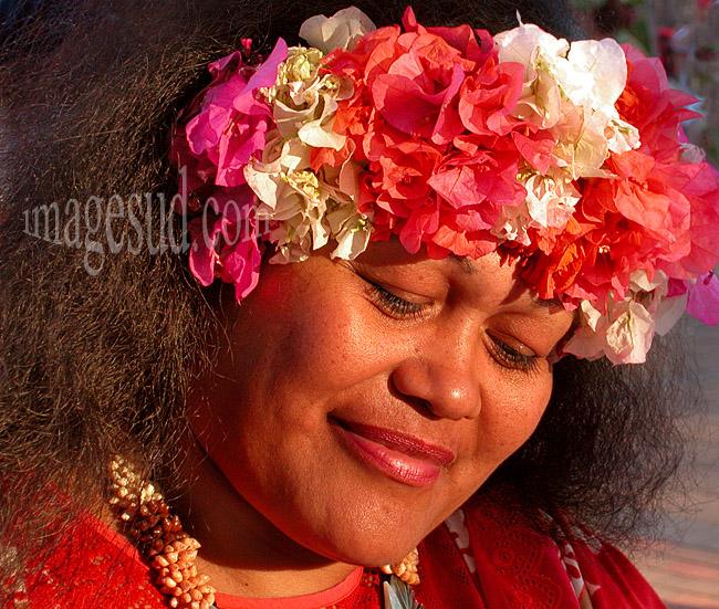 Portrait de vahine avec une couronne de fleurs, Tahiti
