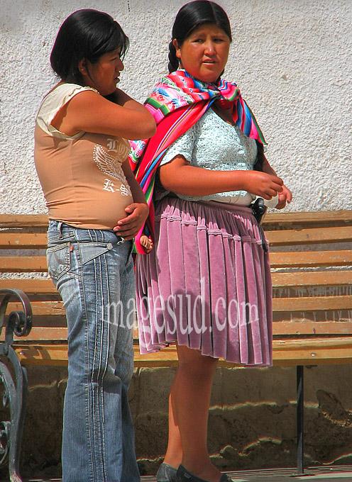 Tradition vestimentaire et modernité, scène de rue en Bolivie
