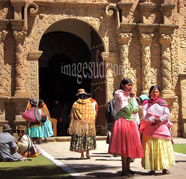Femmes indigènes à la sortie de l'église en Bolivie
