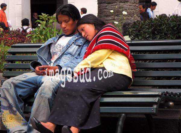 Jeune couple d'amoureux sur un  banc public, scène de rue en Equateur