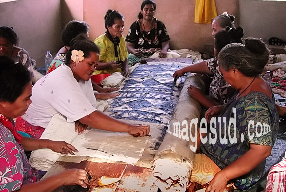 Travail de femmes : artisanat, fabrication de tapa en Polynésie