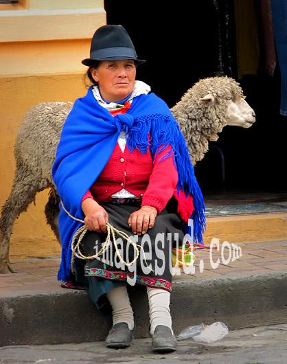 Femme des Andes en Equateur venue vendre son mouton au marché