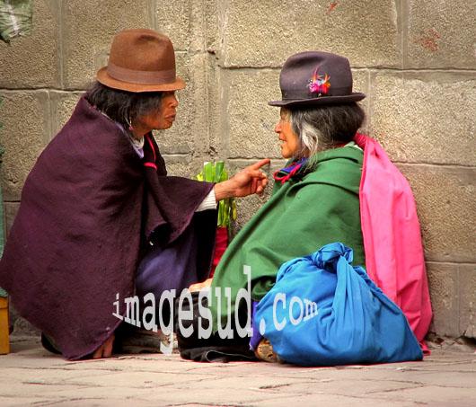 Deux femmes bavardant avec animation, Indiens quechua des Andes, Amérique du Sud