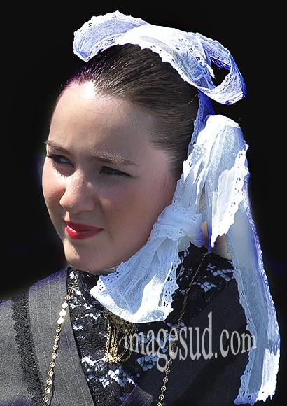 Portrait de femme : bretonne avec sa coiffe traditionnelle