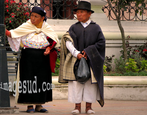 Couple d'indiens des Andes en habits traditionnels, Equateur