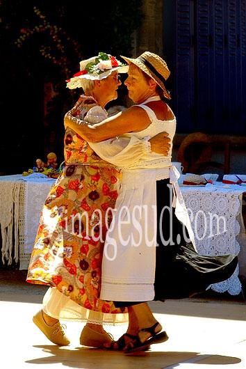 Femmes dansant, fête de village en France