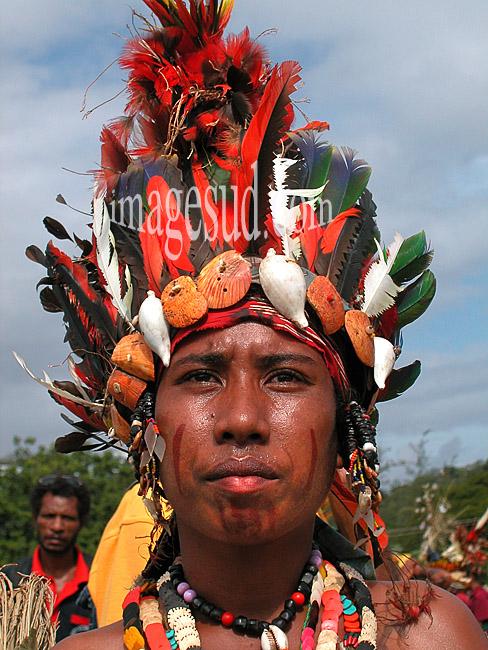 Portrait d'une danseuse de Papouasie-Nouvelle-Guinée, avec sa parure de plumes, cérémonie coutumière