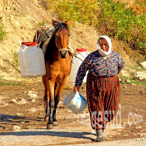 Travail des femmes : Femme allant chercher de l'eau, Turquie