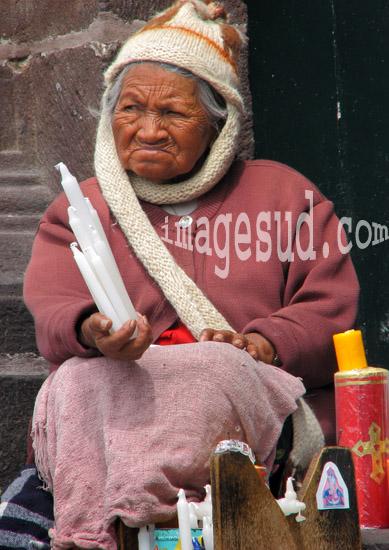 Femme vendant des cierges sur le parvis de l'élise, Quito, Equateur, Amérique du Sud