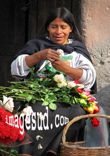 Femme créant des bouquets de roses, métier de femmes