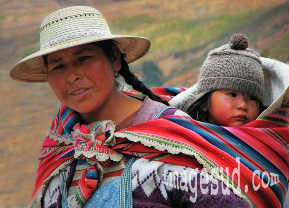Mère portant son enfant sur le dos, Andes de Bolivie, Amérique du Sud, portrait