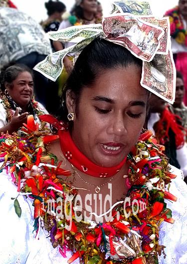 Jeune femme coiffée de billets de banque, cérémonie coutumière en Océanie