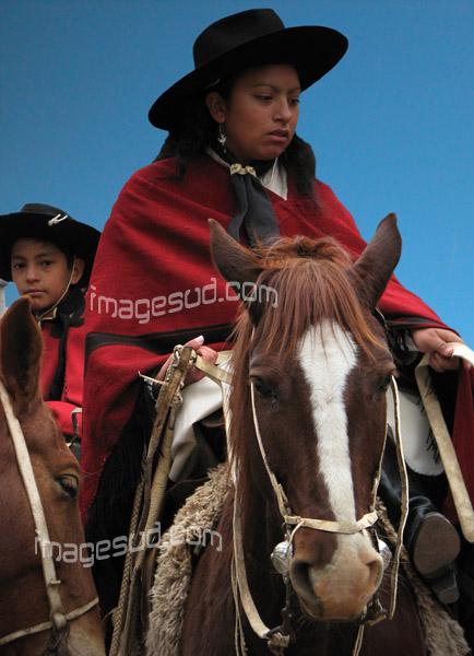 Jeune femme gaucho sur son cheval en Argentine