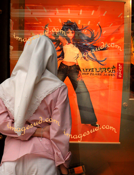 Choc de cultures : jeune fille de Malaisie devant une affiche occidentale