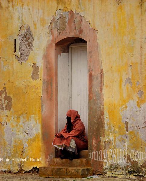 Femme du Maghreb sur le pas de sa porte