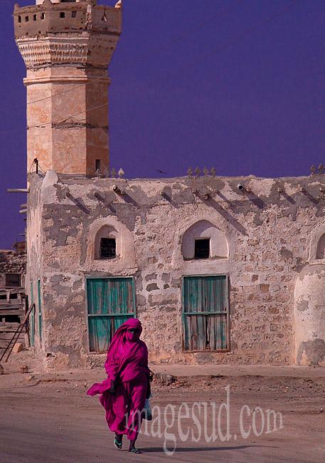 Femme voilée devant une mosquée au Soudan