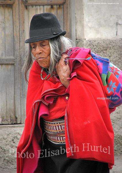 Femme des Andes en habits traditionnels, femme indigène amérindien d'Equateur en Amérique du Sud