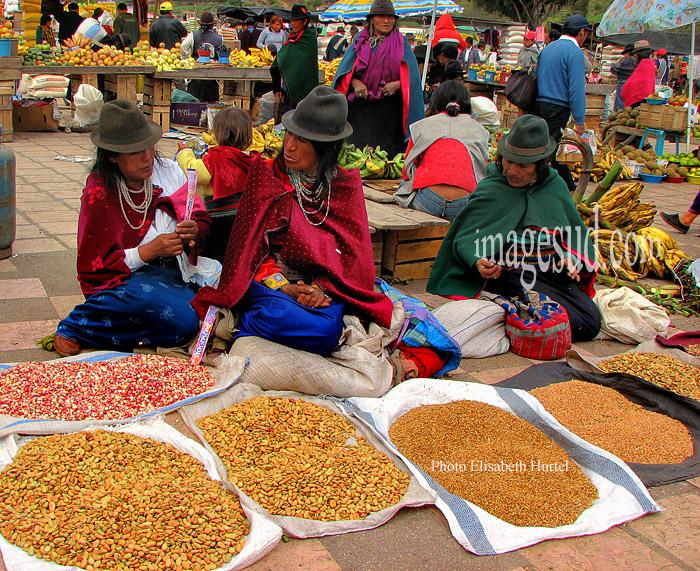 Femmes devant leur étal de grains dans un marché indigène des Andes, Amérique du Sud