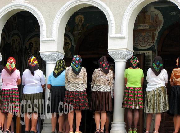 Femmes et religion : groupe de femmes à la messe en Roumanie