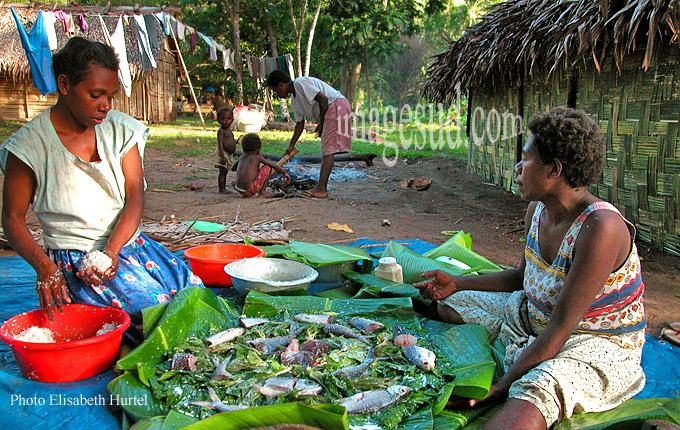 Préparation du repas familial dans une île d'Océanie, femmes au foyer et travail domestique