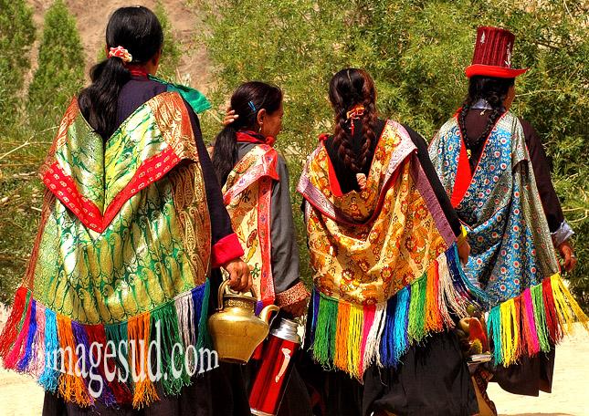 groupe de femmes en habits traditionnels, Ladakh, Inde, Himalaya