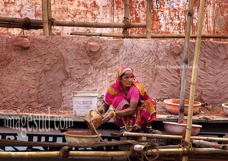 Femme travaillant comme ouvrière dans la construction, Inde