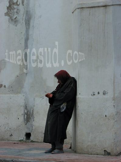 Femmes et pauvreté : mendiante dans une rue au Maroc