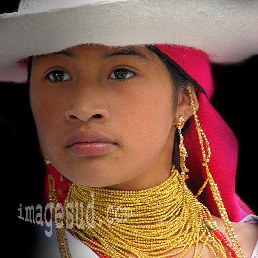 Portrait de jeune fille en habit traditionnel , Equateur