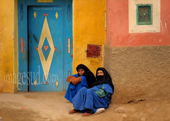 Art de vivre et décoration : deux femmes berbères sur le pas de leur porte, photos du Maroc du Sud