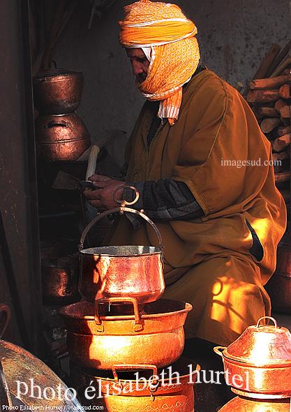 Art et artisanat au Maroc : chaudronnier au traval dans sa petite boutique