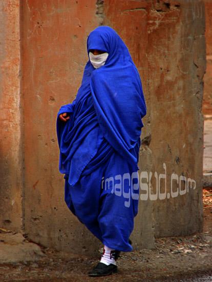 Femme en bleu de Taroudant en habit traditionnel, Sud Maroc