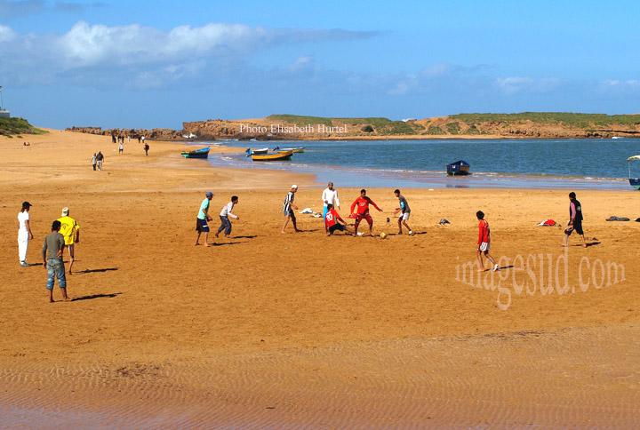 Partie de foot sur la plage, Maroc
