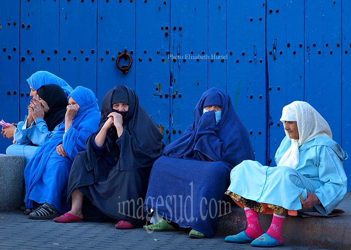 femmes en bleu devant une porte bleue, couleurs du Maroc, photo décorative, tableau photo