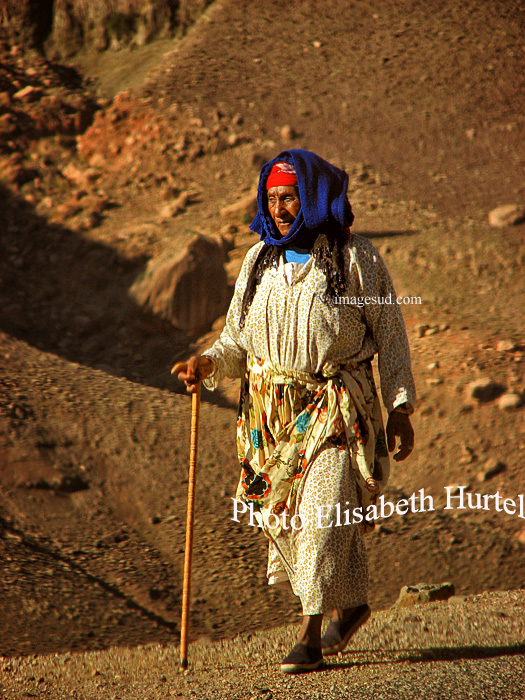 Femme berbère sur le chemin de l'Atlas