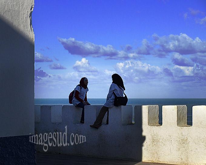 Bavardage sur le rempart, Asilah, côte atlantique, Maroc du Nord